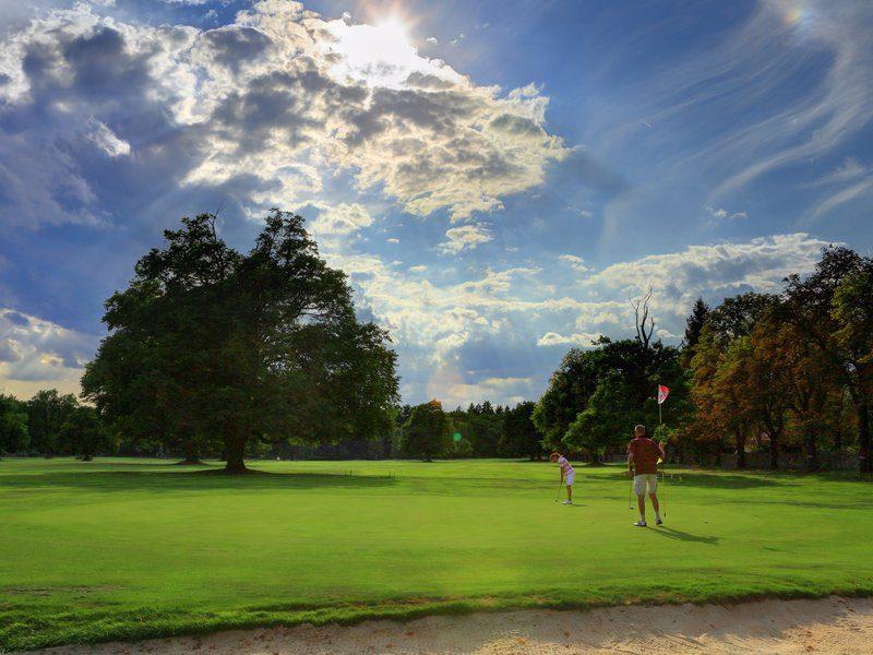 golfové hřiště s devíti jamkami